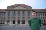 A Debreceni Egyetem épülete előtt